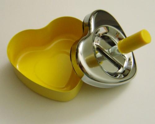 Cenicero con forma de corazón amarillo estilo vintage
