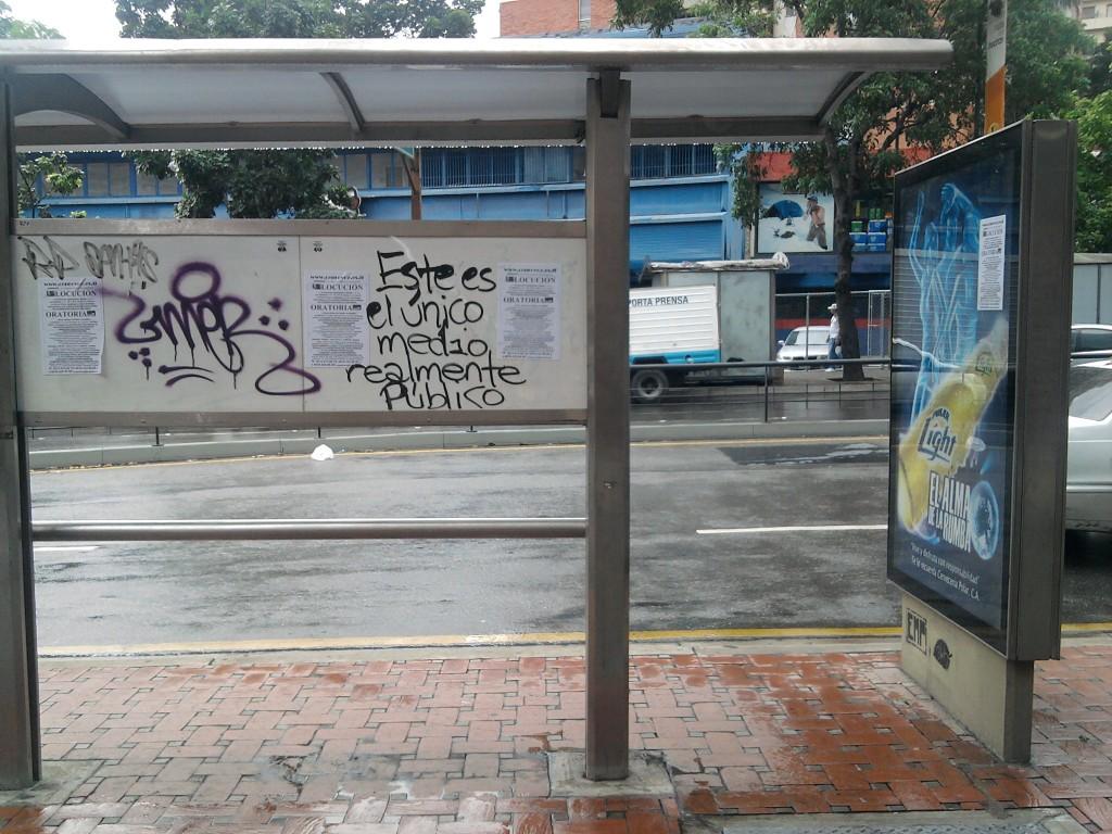 """""""Este es el único medio realmente público"""" (Graffitti en una parada de Bus en Chacao, Caracas)"""