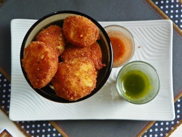 Croquetas de Papa con salsa de pesto y picante - La Casa 22 Café & Vino