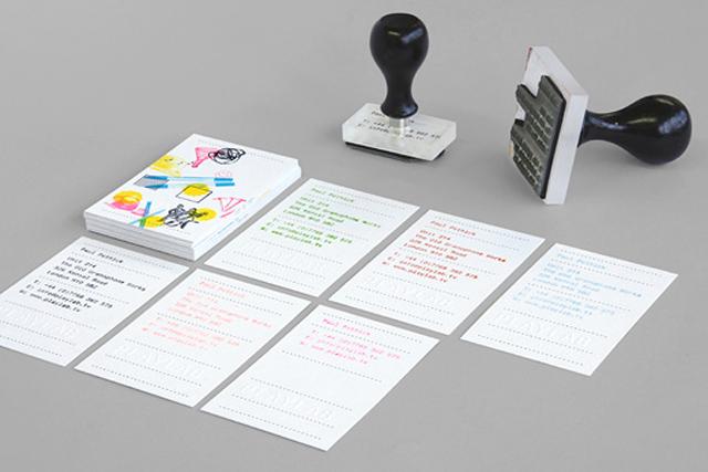 Identidad Visual creativa para Playlab: tarjetas de presentación con sellos de caucho