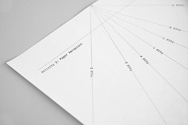Identidad Visual creativa para Playlab: hoja membretada avión de papel
