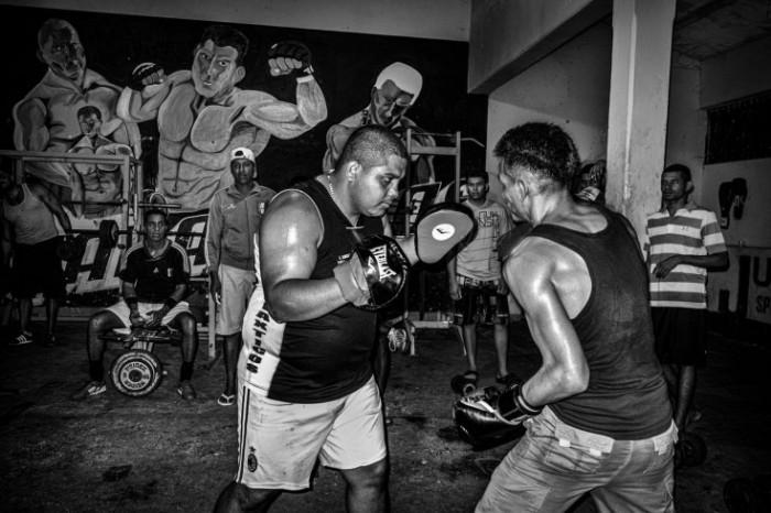 """Wilmer """"Wilmito"""" Brizuela enseña a otro prisionero a boxear en el gimnasio de la prisión. Foto: Sebastián Liste"""