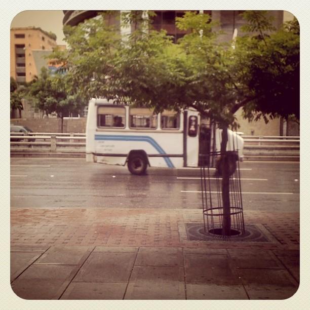 Camionetica de tamaño mediano en las calles de Caracas. Foto por @azaliad