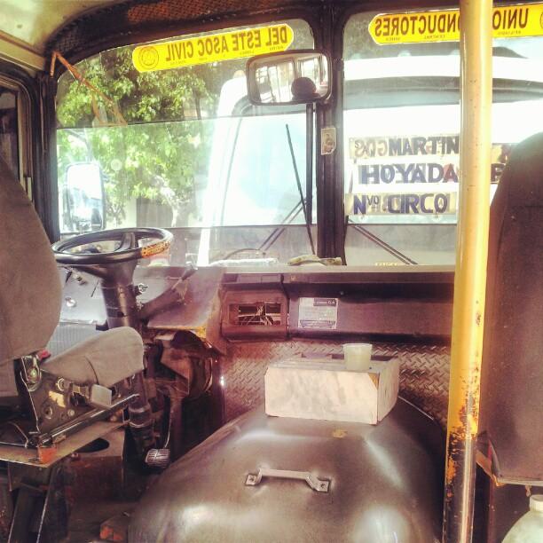 Interior de una camionetica caraqueña: la cabina. Foto @phil16814