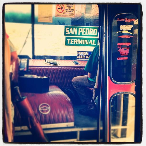Interior de una camionetica caraqueña: la cabina. Foto @elclavell