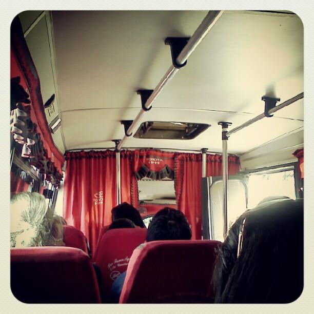 Cortinas en camionetica caraqueña. Foto @danifonck