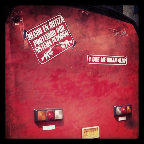 """Camionetica """"Hecho en Cotiza y protegido por sistema personal... y que me digan algo"""" (Caracas). Foto @n1ghtw0lf"""