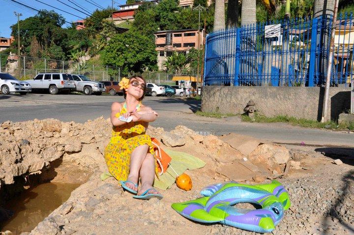 Hueco vía El Hatillo, Caracas, Venezuela. Foto por Beto Acosta y Silvia Lizardo (2011)
