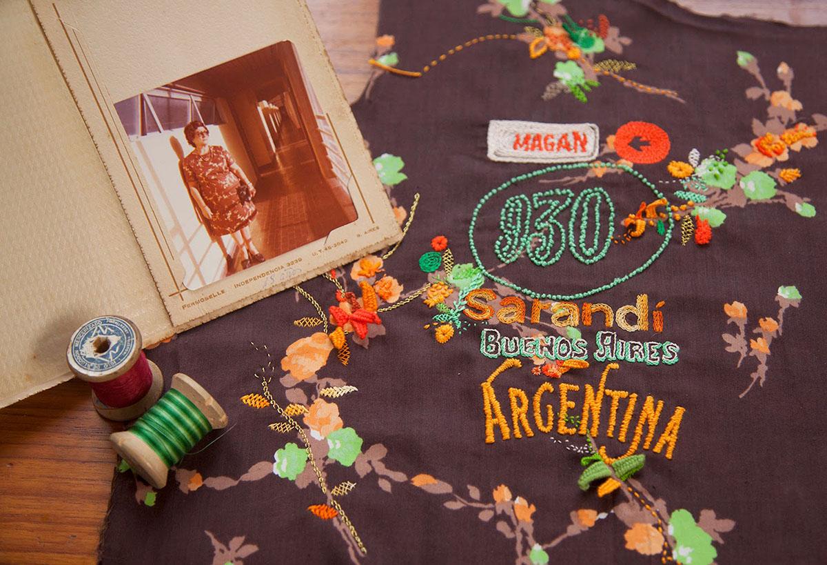 Lylo borda la dirección donde vivió su abuela en algunas de sus prendas de vestir