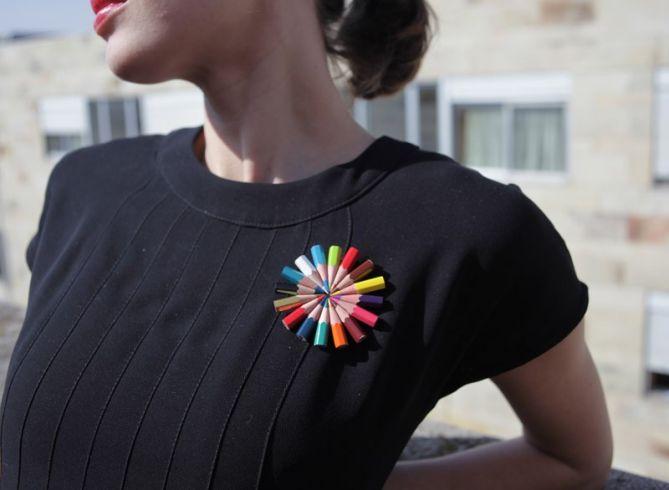 Broche de lápices de colores por Ariadna Mateu